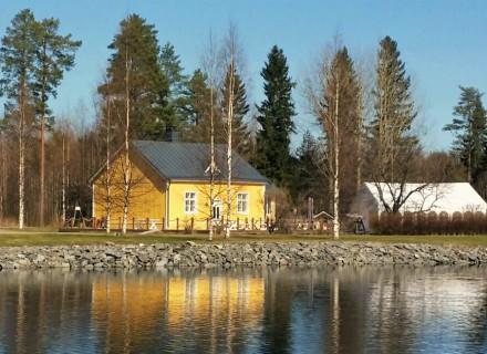 Kievari ja juhlateltta Neiturin kanavan äärellä.